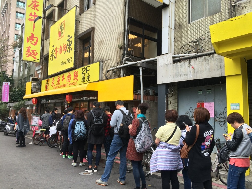 Line up outside Yong Kang Beef Noodle
