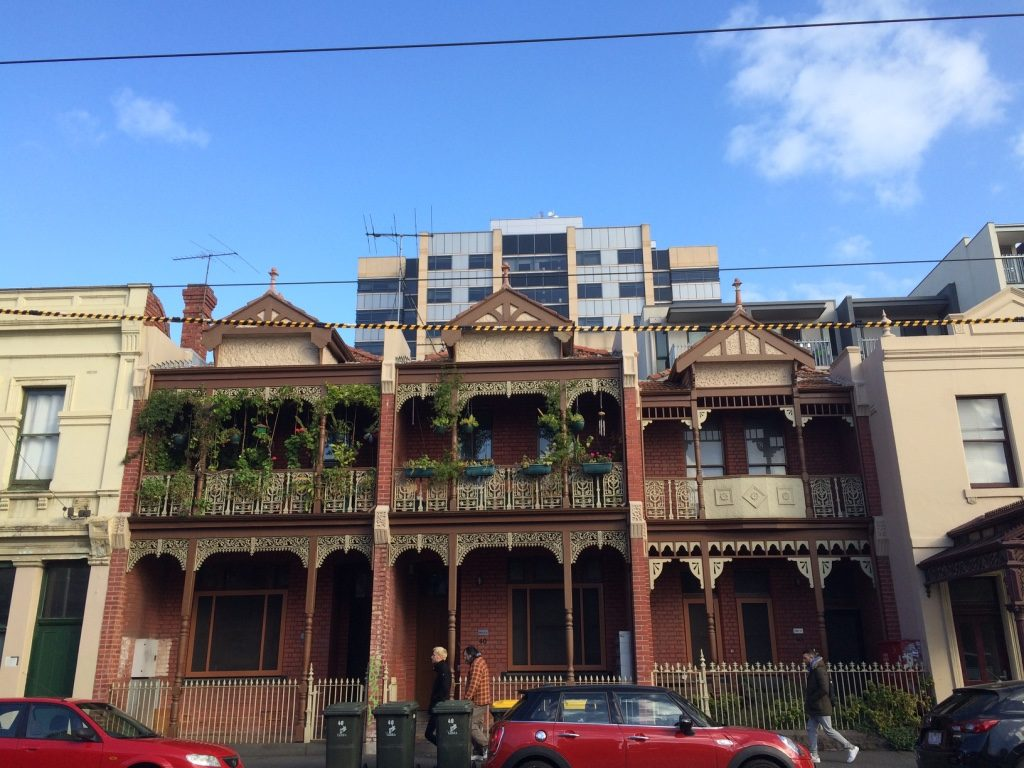 There are a lot of houses in Melbourne that look like this. Cast iron finishing that remind us of New Orleans.